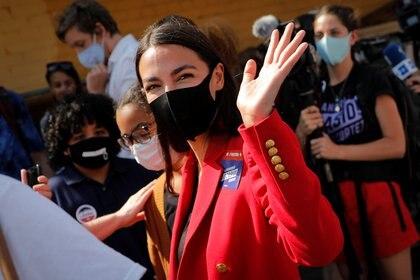 Alexandria Ocasio Cortez saluda a sus simpatizantes en un local de Queens, Nueva York (Reuters)
