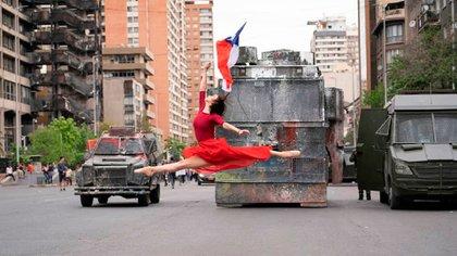 Catalina Duarte, bailarina del Teatro Municipal de Santiago de Chile, ejecutó un paso de ballet frente a los blindados durante las manifestaciones dd 2019. (María Paz Morales/IG: @paz.pachy)