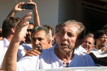 """Joao Teixeira de Faria, conocido como """"Joao de Deus"""", en medio de sus seguidores al llegar al centro de Casa Don Ignacio de Loyola, en Abadiania, (EVARISTO SA / AFP)"""