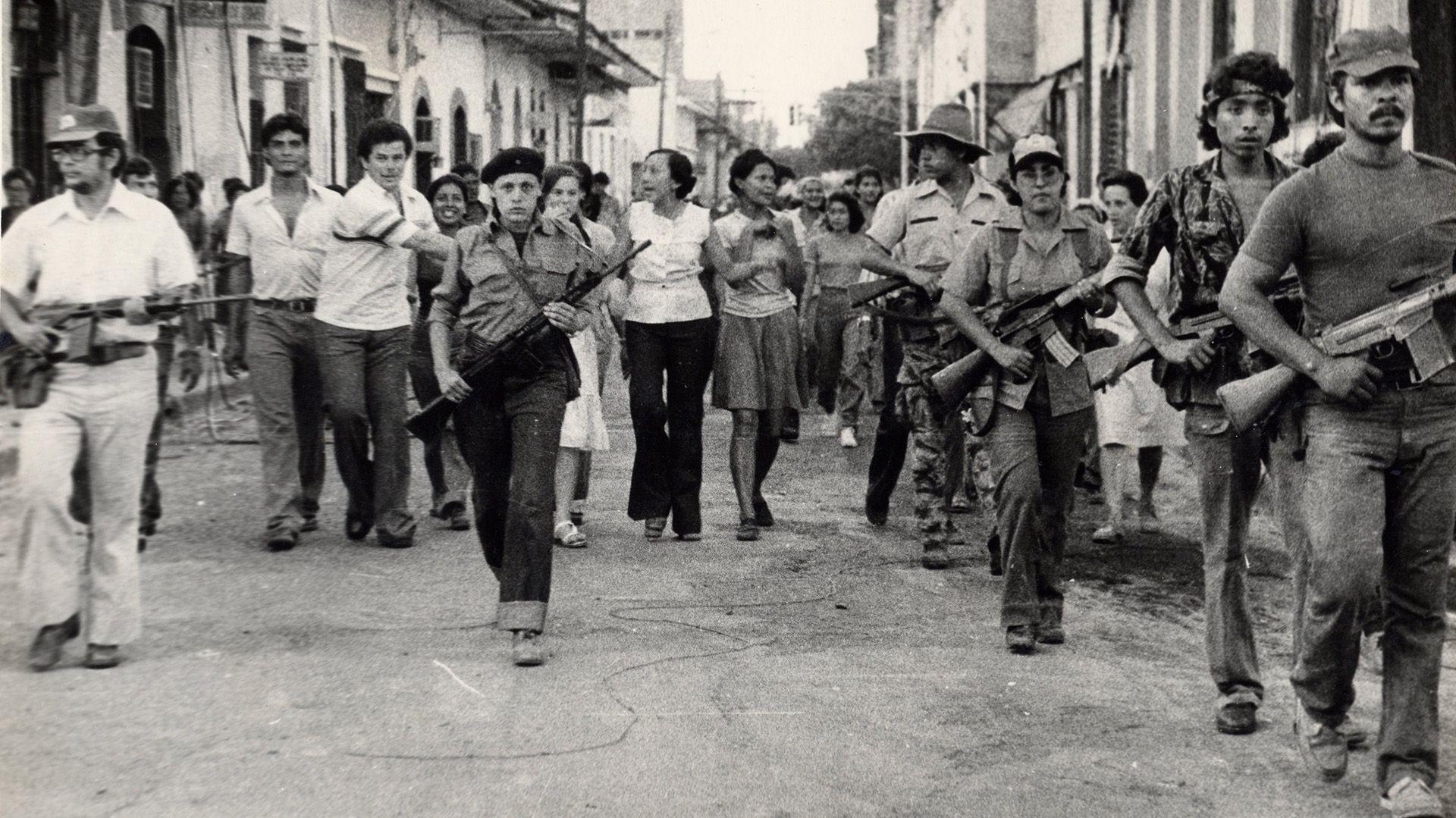 Guerrilleros sandinistas entran a la ciudad de León en junio de 1979