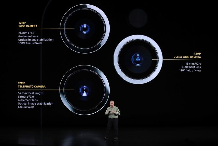 El iPhone 11 Pro cuenta con triple cámara trasera. Las tres ofrecen 12 MP de resolución. Una de las lentes (26 mm) es gran angular, con apertura f/1,8 y estabilización óptica; otra de las lentes (13 mm) es ultra gran angular de 120 grados, con apertura f/2,4 y la tercera es un telefoto (52 mm), con apertura f/2,0 y estabilización óptica. Las tres cámaras graban en resolución 4K (Justin Sullivan/Getty Images/AFP)