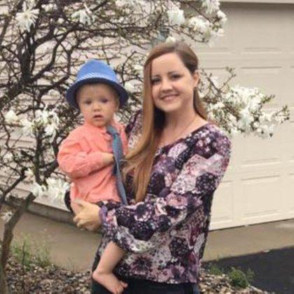 Carrie DeKlyen tenía 37 años y cinco hijos. Murió tras dar a luz a la sexta, Life Lynn a quien no pudo sostener en brazos. La recién nacida falleció 14 días después