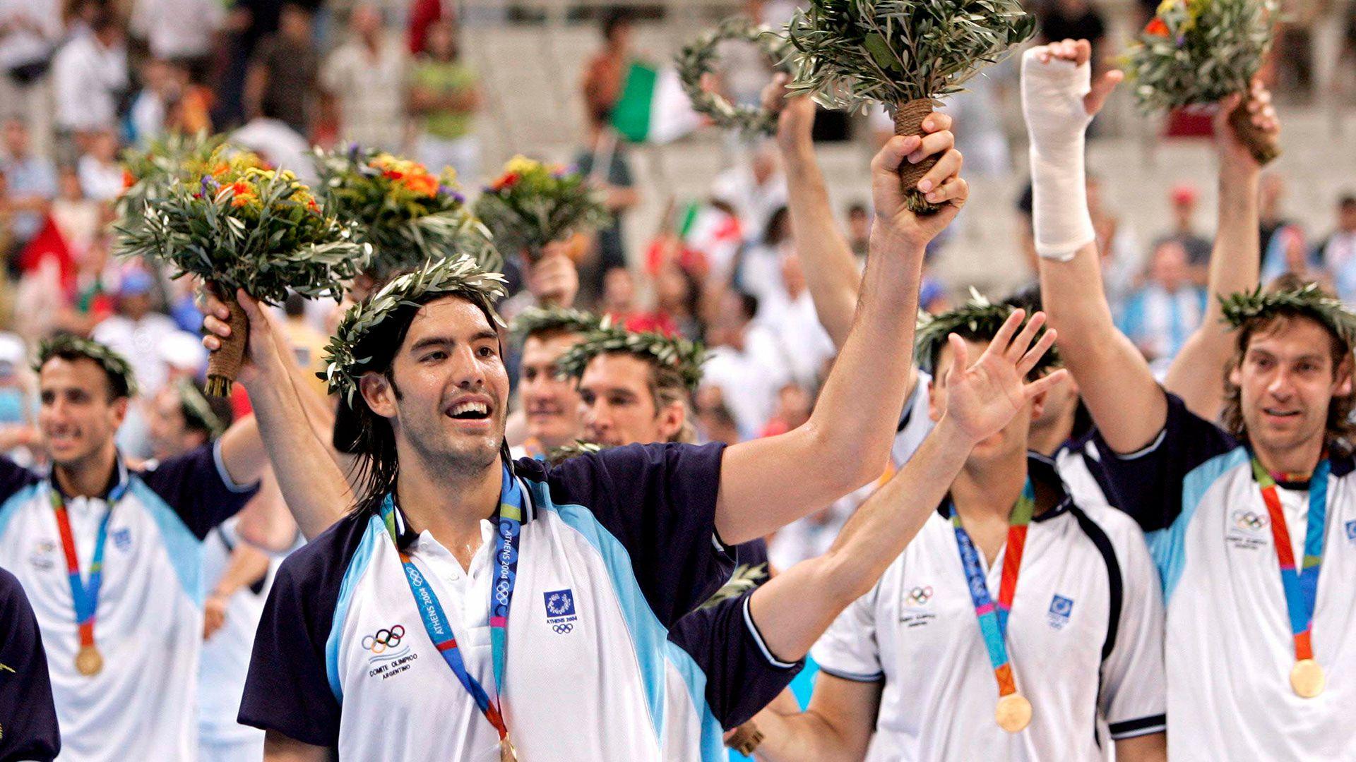 seleccion de basquet festejando el oro en los Juegos Olimpicos de Atenas 2004