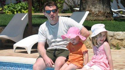 La última foto. Gerry McCann junto con Amelie y Madeleine, quien horas después desaparecería del resort en Praia da Luz, Portugal (Familia McCann)