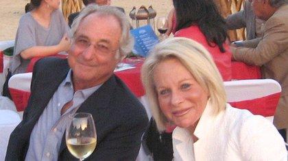 Madoff y su esposa Ruth en una fiesta en mayo de 2008 (Shutterstock)