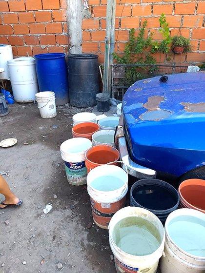 Es muy importante quitar el agua de macetas, baldes y otros recipientes donde se pueda reproducir el mosquito