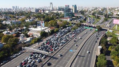 Los controles en diferentes salidas de la ciudad de Buenos Aires a Provincia generaron embotellamientos (Fotos: Franco Fafasuli)