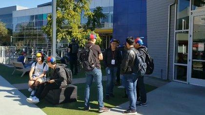 Los noogleres, los nuevos empleados de Google, reciben un gorro con los colores de Google como bienvenida.
