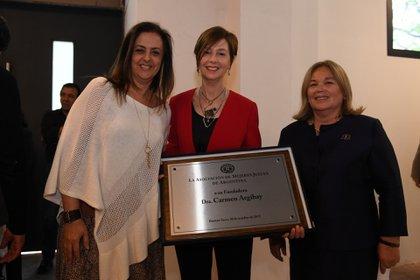 María Fernánda Rodríguez y Susana Medina de Rizzo entregan una placa