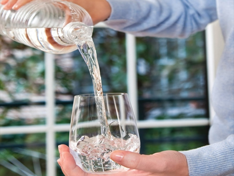 Lo único que se permite —y, en realidad, se aconseja— es agua, para mantener una buena hidratación
