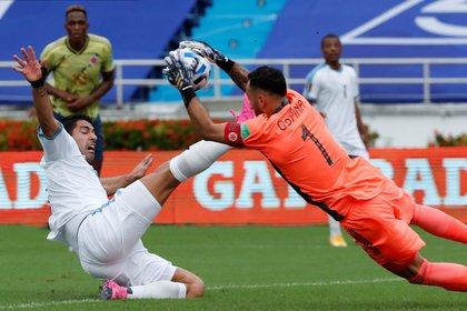 El portero colombiano David Ospina (D) choca con el uruguayo Luis Suárez durante la eliminatoria sudamericana para el Mundial de Qatar 2022 entre Colombia y Uruguay en el Estadio Metropolitano de Barranquilla (Colombia).  EFE / Mauricio Dunas Costasada / Archivo