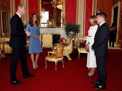 Los Duques de Cambridge se convierten en los anfitriones del Palacio de Buckingham. En uno de los salones recibieron al presidente de Ucrania Volodymyr Zelenskiy y su esposa Olena