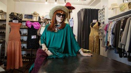 Linda Peretz, la presidente de la Casa del Teatro, en la Boutique, que vende las prendas de los artistas argentinos a precios accesibles