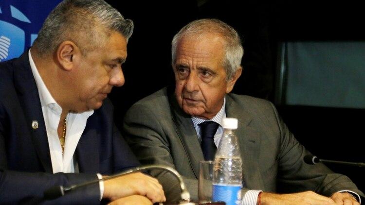 Claudio Tapia y Rodolfo D'Onofrio, durante la conferencia de prensa en la que se anunció el cambio de sede de la final de la Copa Libertadores (REUTERS/Jorge Adorno)
