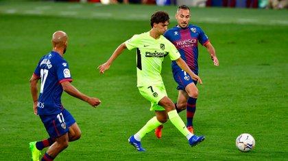 Joao Felix busca lastimar a la defensa del Huesca. Foto: Pau BARRENA / AFP)