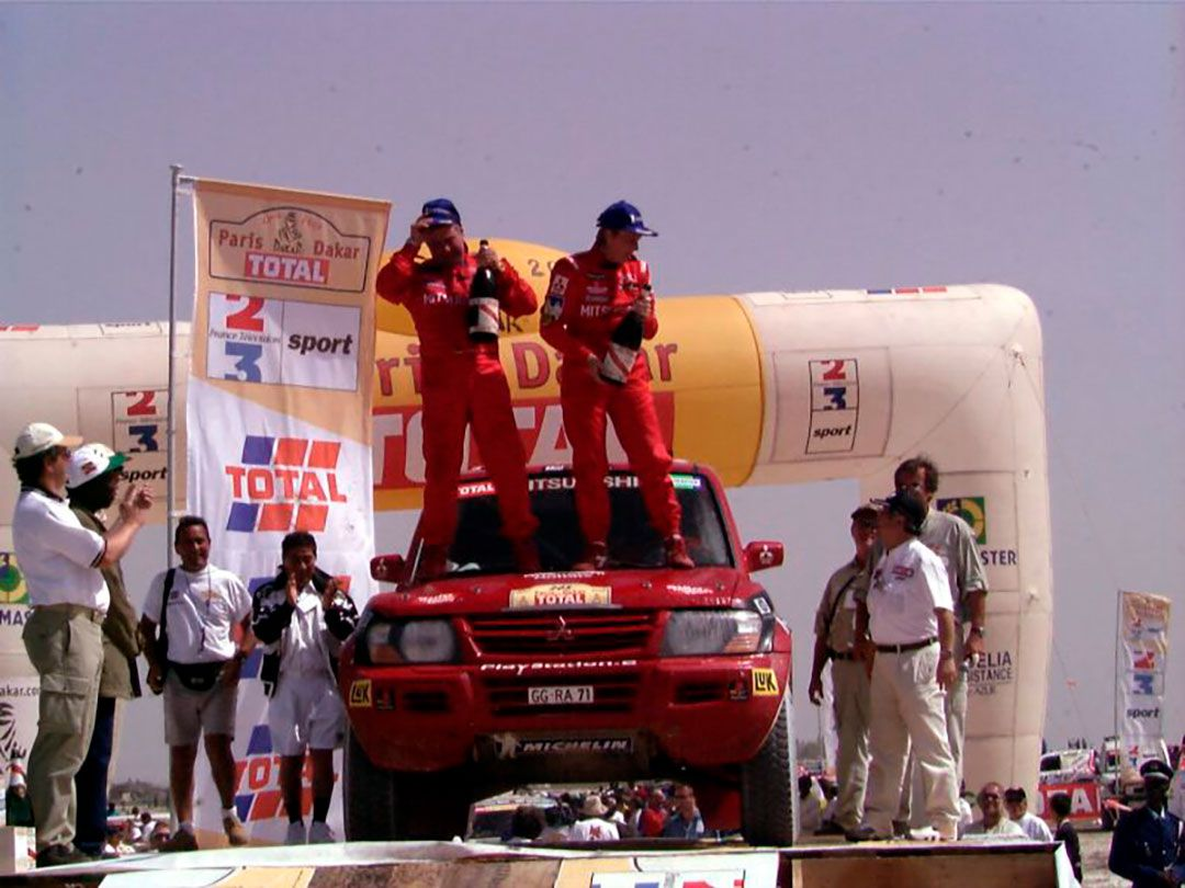 Jutta, en la rampa de la victoria tras lograr el Dakar 2001 (Foto: www.jutta-kleinschmidt.de)