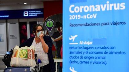 El gobierno nacional evalúa la posibilidad de tomar medidas drásticas para enfrentar el avance del coronavirus (Photo by Ronaldo SCHEMIDT / AFP)