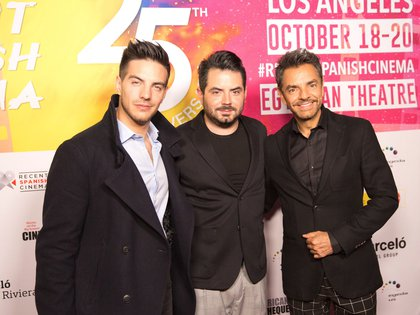 El actor mexicano Eugenio Derbez (c) posa con sus hijos Vadhir (i) y Jose Eduardo (EFE)