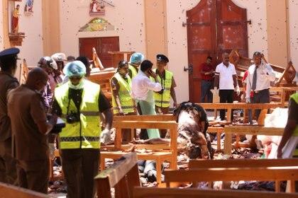 Personal de seguridad camina entre los escombros tras una explosión en la iglesia de San Sebastián en Negombo, al norte de Colombo (Foto de STR / AFP)