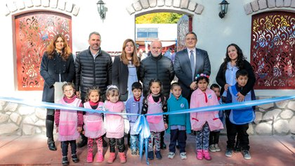 Marcelo Machado de Ford junto a la directora Roxana Gallardo y los chicos durante el acto.