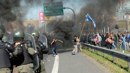 Los incidentes en la autopista Buenos Aires-La Plata dejaron manifestantes heridos (Télam)
