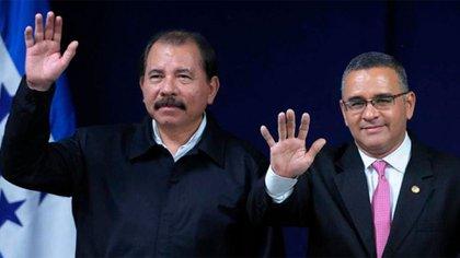 Daniel Ortega junto al ex presidente salvadoreño Mauricio Funes, que acaba de recibir la nacionalidad nicaragüense, además de haber sido nombrado funcionario en la cancillería, mientras en su país lo investigan por enriquecimiento ilícito y solicitan su extradición.