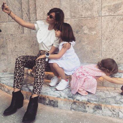 """""""Nosotras. Madre e hija mayor se sacan una selfie, la más pequeña hace de las suyas, como siempre"""", escribió la China Suárez en su cuenta de Instagram, red social en la que compartió una imagen junto a sus hijas en Miami"""