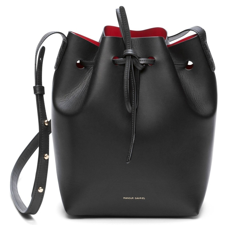c5ede4959 El clásico bucket bag de la marca por dentro esta forrado en cuero rojo y  cuenta
