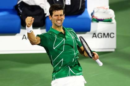 Imagen de archivo de la celebración del serbio Novak Djokovic tras ganar al griego Stefanos Tsitsipas la final del torneo ATP 500 de Dubái, EAU (Reuters)