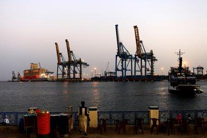Una vista de las instalaciones portuarias en Puerto Sudán, donde Rusia tendrá su primera base naval en África (REUTERS/Mohamed Nureldin Abdallah/Archivo)