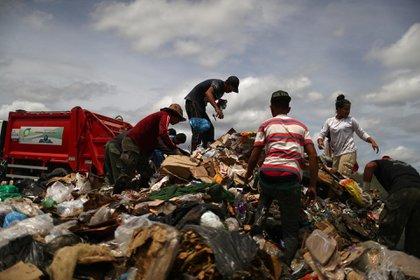 Migrantes venezolanos son vistos en un vertedero de basura en la ciudad fronteriza de Pacaraima, Brasil, el 15 de abril de 2019. (REUTERS/Pilar Olivares)