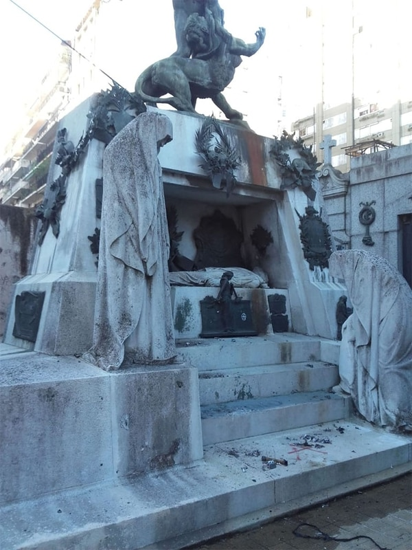 El mausoleo de Ramón Falcón, en el cementerio de la Recoleta