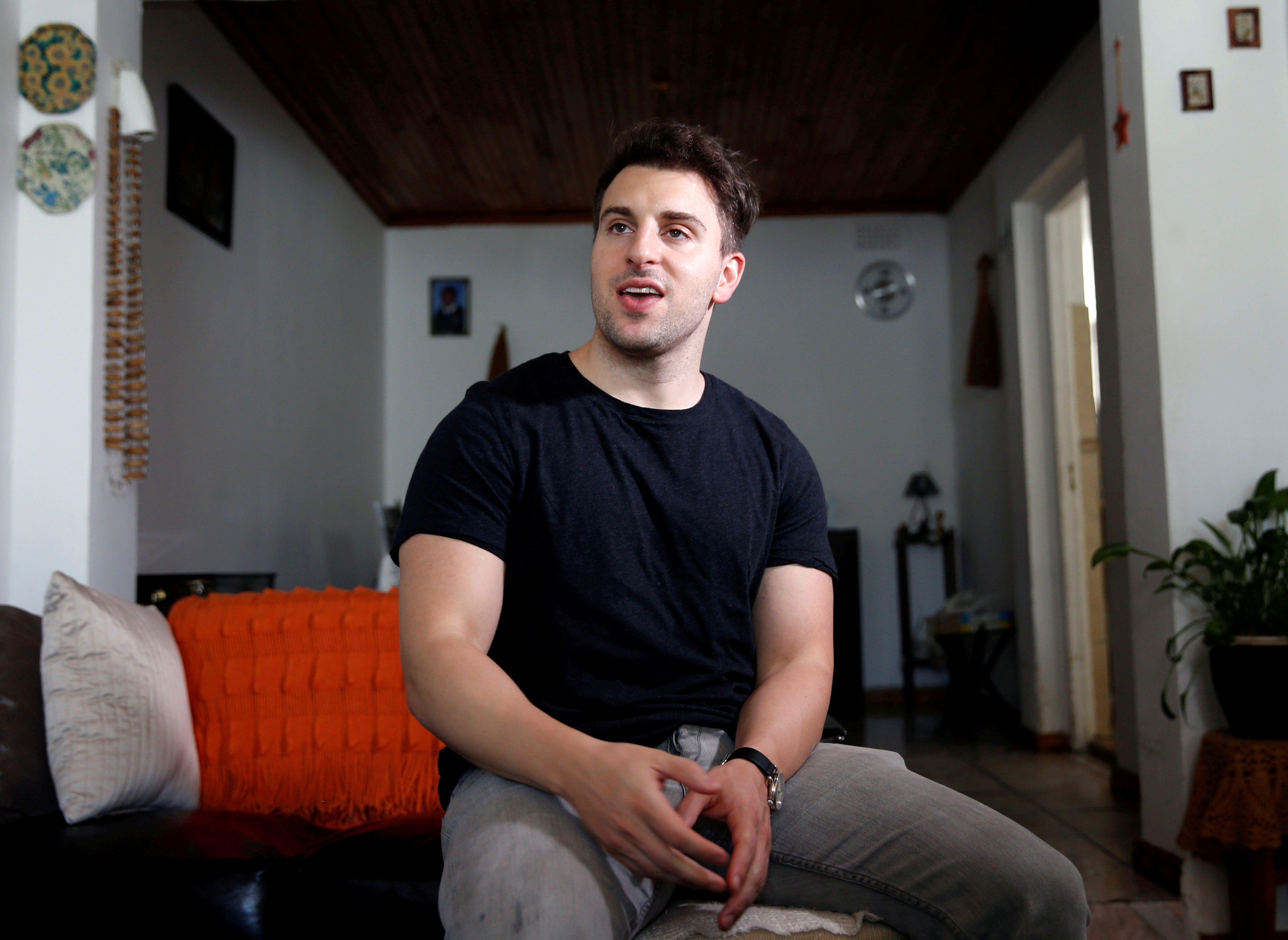Brian Chesky, cofundador y CEO de Airbnb, la firma que planea salir al mercado antes de fin de año