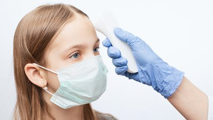 Una situación que amerita una consulta de urgencia es si un niño tiene fiebre mayor a 38° y la temperatura es sostenida o muy resistente al antitérmico (Shutterstock)