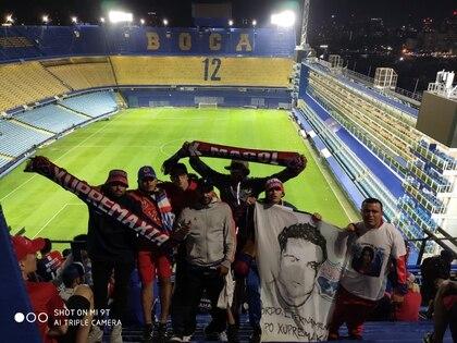 Miembros de la Reisxtenxia Norte, barra del Deportivo Independiente Medellín, en la Bombonera.