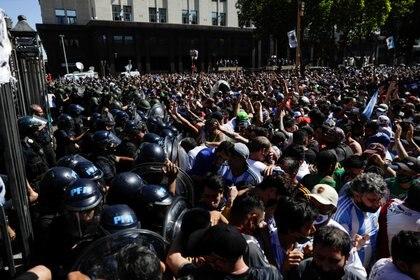 Luego de que el ingreso a la Casa Rosada se desbordara, el Poder Ejecutivo informó que la ceremonia se suspendía momentáneamente ya que había varias decenas de personas dentro del edificio que imposibilitan normalizar la despedida (REUTERS/Ricardo Moraes)
