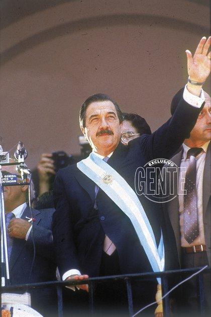 El saludo de Raúl Alfonsín desde el Cabildo. El 10 de diciembre de 1983, el líder radical dio vuelta la Plaza de Mayo.