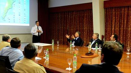 El presidente Mauricio Macri, el ministro de Defensa Oscar Aguad y el jefe de la Armada Marcelo Srur en una reunión en el edificio Libertad