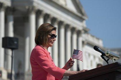 La demócrata Nancy Pelosi, presidenta de la Cámara de Representantes, y sus colegas de partido destacan algunos puntos de su agenda frente al Capitolio, en Washington. (AP Foto/J. Scott Applewhite)