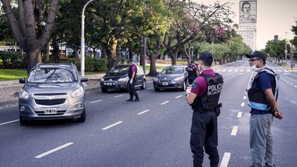 Las fuerzas de seguridad endurecieron los controles para evitar que haya personas sin habilitación circulando en las calles (NA)