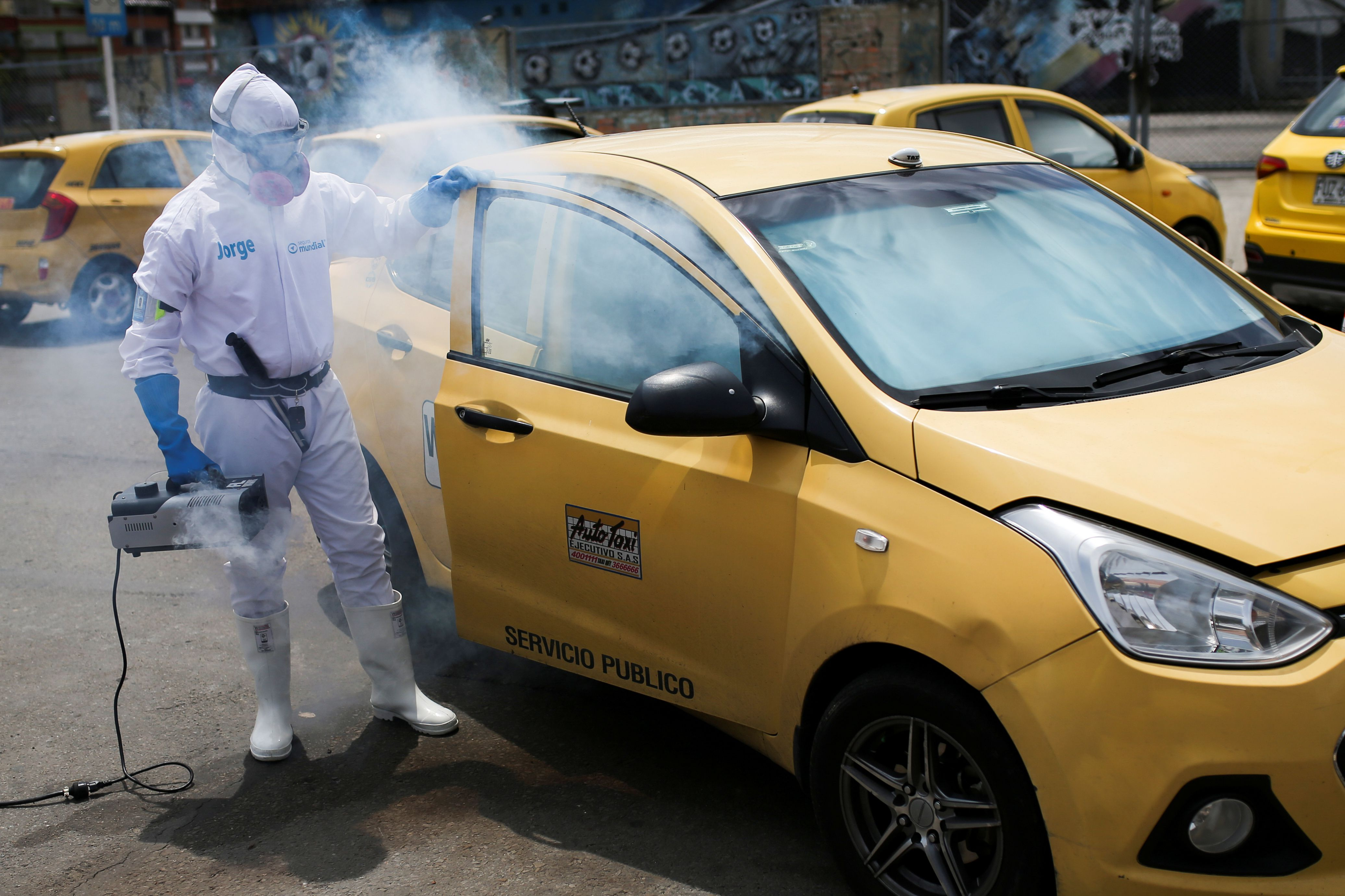 Limpieza profunda a un taxi en Bogotá, Colombia (REUTERS/Luisa González)