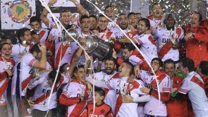 El plantel de River celebra la conquista de la Copa Libertadores en 2015 (Foto: NA)