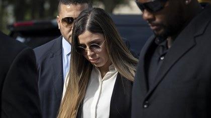 """Emma Coronel en una de sus llegadas a la corte para el juicio del """"Chapo""""  (Foto: Drew Angerer/Getty Images/AFP)"""