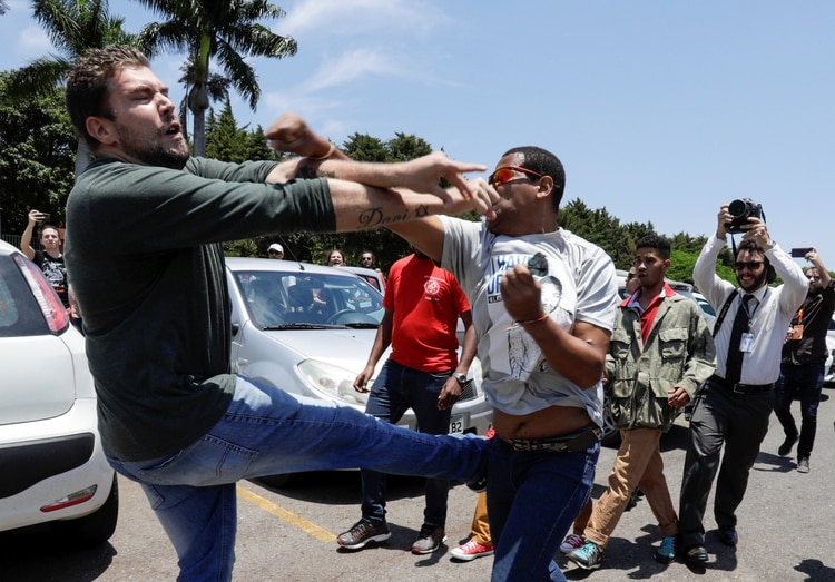 La peleas entre seguidores de Guaidó y Maduro frente a la embajada de Venezuela en Brasil (Reuters)