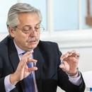 El presidente argentino, Alberto Fernández, exhibe muestras del nuevo