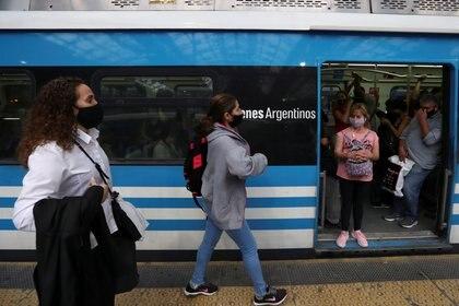 En la ciudad de Buenos Aires sólo pueden hacer uso del transporte público los trabajadores esenciales (REUTERS/Agustin Marcarian)