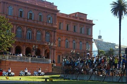 Algunas personas quisieron entrar por la fuerza a la Casa Rosada para poder ver el féretro de Diego Maradona (REUTERS/Matias Baglietto)