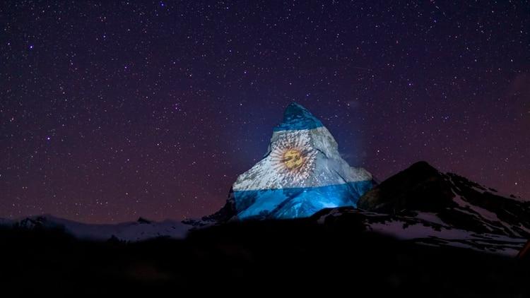 El monte Matterhorn iluminado con la bandera de Argentina