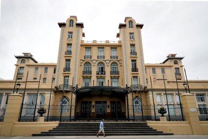 Un hombre camina frente al edificio sede de Mercosur durante el desarrollo de la LVII Reunión Ordinaria del Consejo del Mercado Común (CMC) hoy, en Montevideo (Uruguay). EFE/ Raúl Martínez