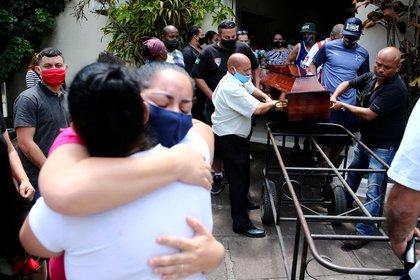 Familiares y amigos de Joao Alberto Silveira Freita.   REUTERS/Diego Vara